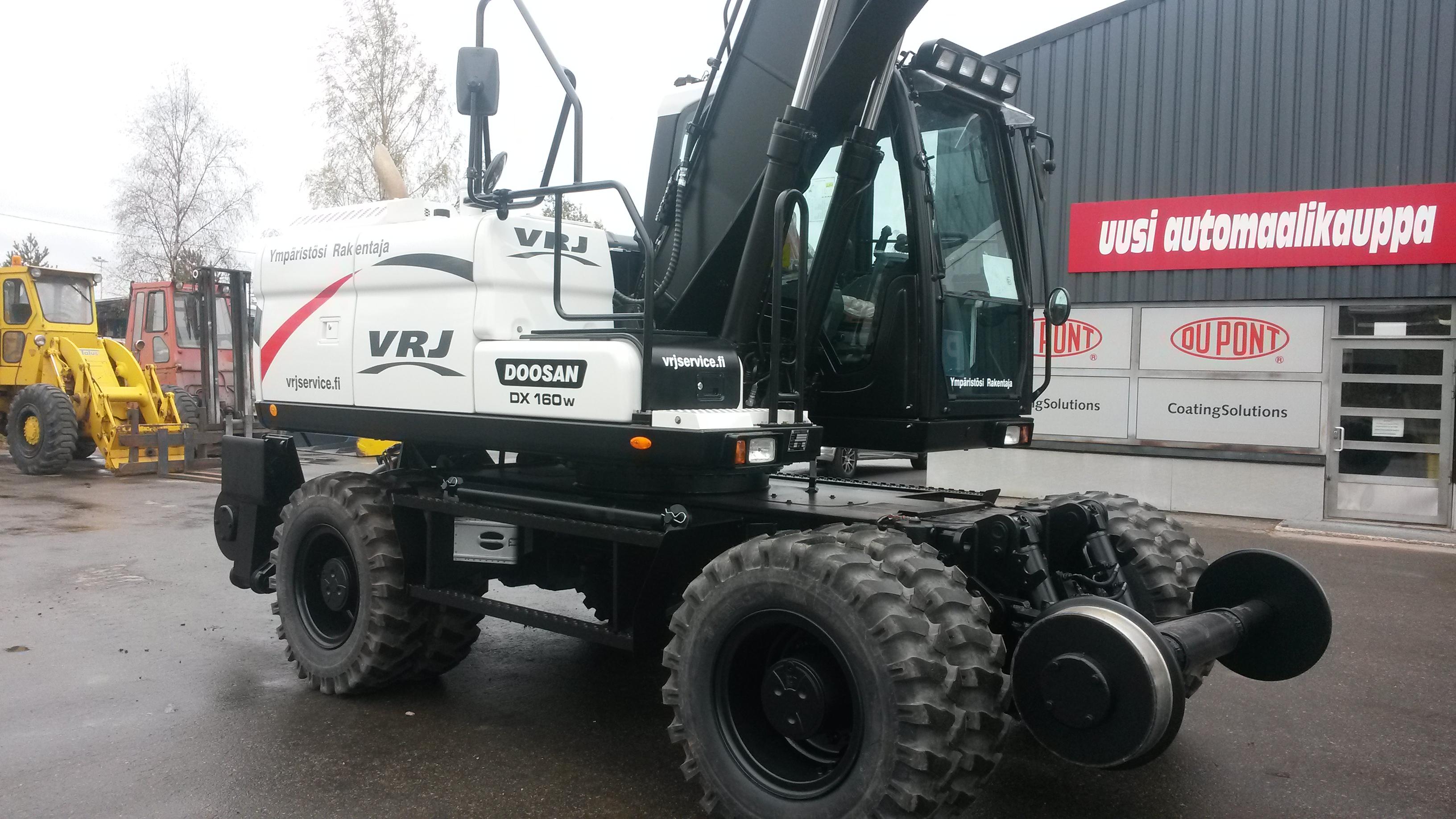VRJ Service oy:n uusi Doosan DX 160W-3 ratavarustuksella.