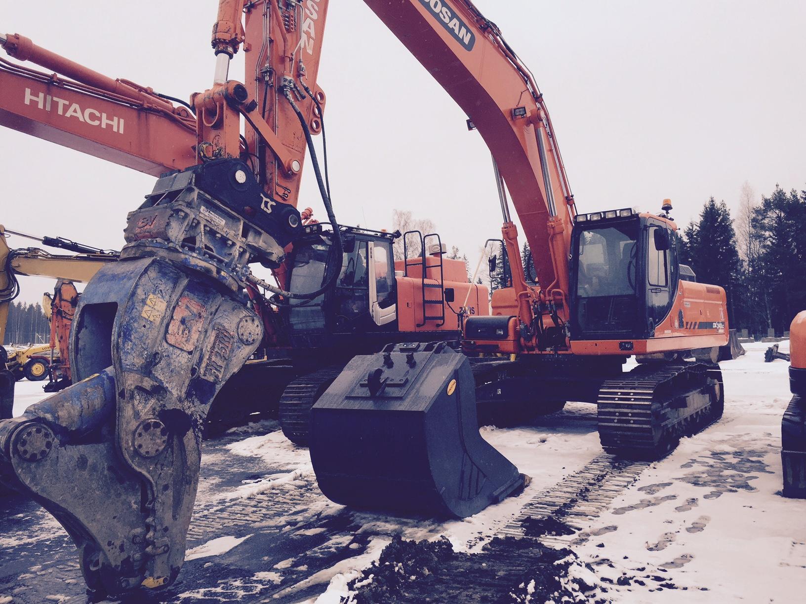Totaalipurku Oy:n Doosan DX 340LC lähdössä työmaalle