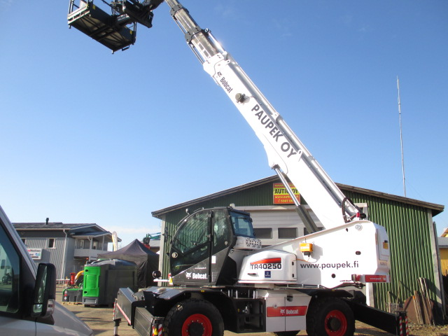 Paupek oy:lle luovutetaan Oulun Oikeilla konepäivillä Bobcat TR40250 ympäripyörivä kurottaja.