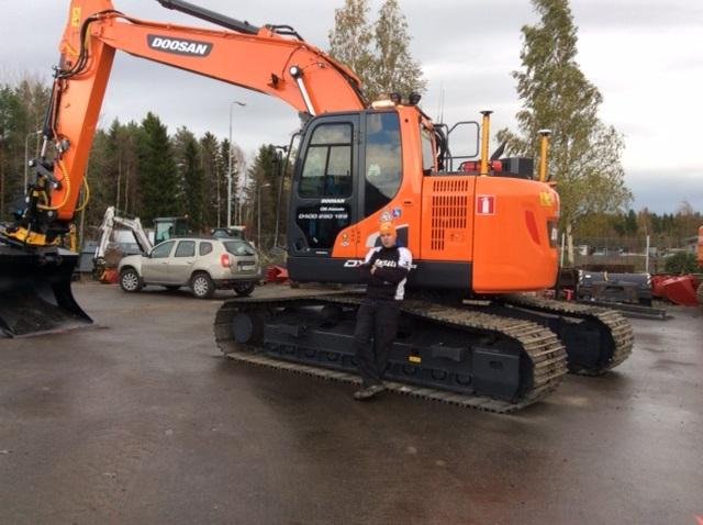 E & K Group:in uusi Doosan DX235LCR-5. Koneen vastaanotti Olli Alatalo