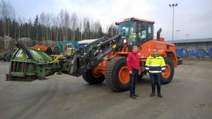 Katu-Karhujen Veli Tölli otti vastaan uuden Doosan DL200TC kuormaajan Marko Kierrokselta