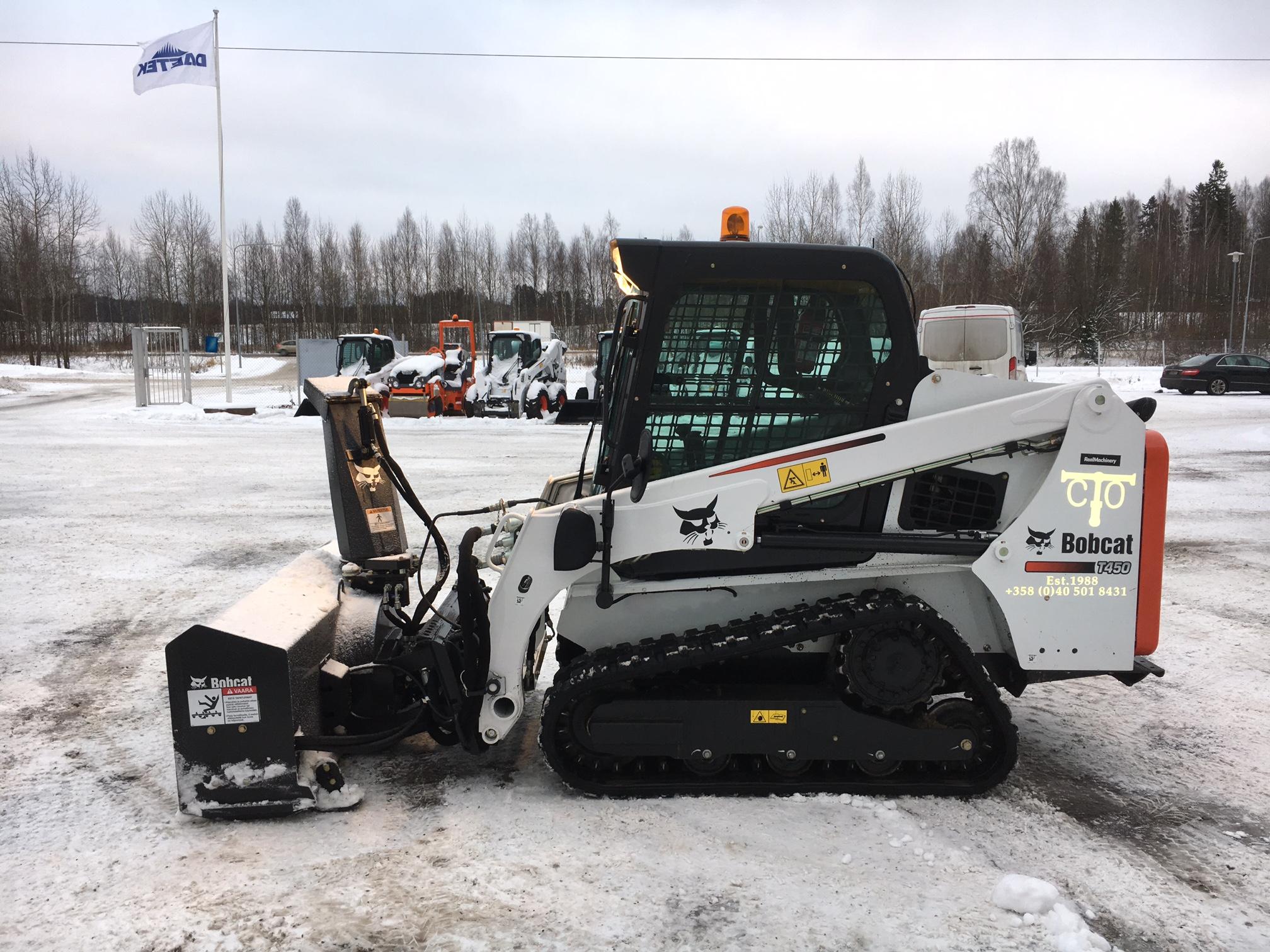Taavico Oy:n Bobcat T450 telakuormaaja + Bobcat SB200 lumilinko valmiina töihin.