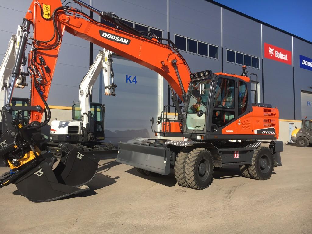 Green Machine Infra Oy:n uusi upea Doosan DX170W-5 lähdössä töihin