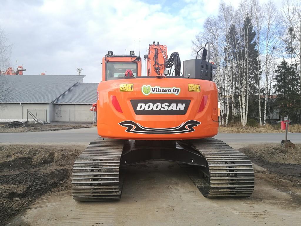 Vihera Oy:n uusi upea Doosan DX235LCR-5 valmiina töihin.